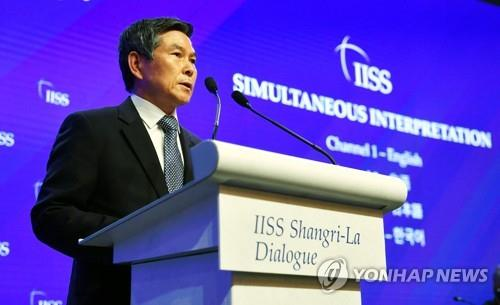 South Korean Defense Minister Jeong Kyeong-doo delivers a keynote speech during the Shangri-La Dialogue in Singapore on June 1, 2019. (Yonhap)