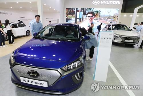 This file photo taken May 2, 2019, shows Hyundai Motor Co.'s Ioniq electric vehicle displayed at an exhibition in Seoul. (Yonhap)