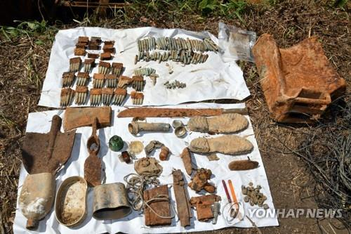 Artifacts believed to be from soldiers who fell during battles of the 1950-53 Korean War on Arrowhead Ridge, Gangwon Province, have been found during the ongoing excavation project. (Yonhap)