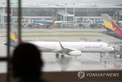 This undated file photo shows an Asiana Airlines jet at Incheon International Airport, west of Seoul. (Yonhap)