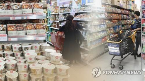 This compilation image shows customers shopping at a discount store chain and instant noodles and HMR goods displayed on the shelves. (Yonhap)