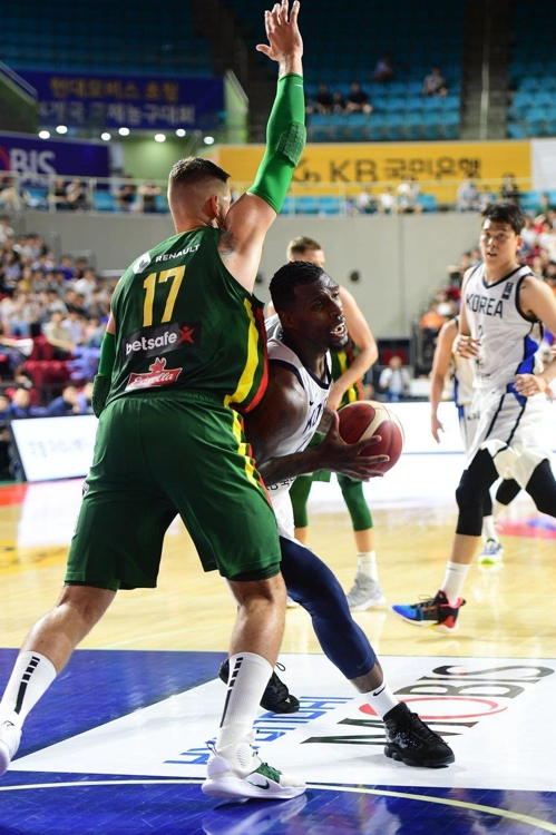 In this photo provided by the Korea Basketball Association, Ricardo Ratliffe of South Korea (R) tries to drive past Jonas Valanciunas of Lithuania in a four-nation men's basketball tournament at Samsan World Gymnasium in Incheon, 40 kilometers west of Seoul, on Aug. 24, 2019. (PHOTO NOT FOR SALE) (Yonhap)