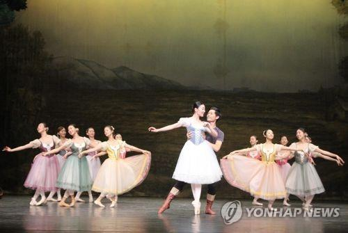 "This photo provided by the Mapo Cultural Foundation shows Kim Seh-yun (C) performing ""Giselle."" (PHOTO NOT FOR SALE) (Yonhap)"