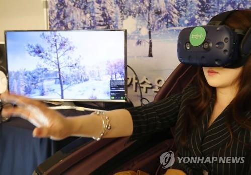 This file photo shows a visitor testing a virtual reality program on July 19, 2019, during the Seoul International Imagination Industry Conference & Forum held at Dongdaemun Design Plaza. (Yonhap)