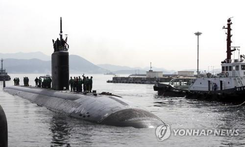 This file photo posted on the U.S. Pacific Command's website shows the Los Angeles-class attack submarine USS Tucson pulling into Jinhae on South Korea's south coast on April 6, 2016. The nuclear-powered fast-attack submarine made a port call in Jinhae last weekend as part of its regional deployment, according to the command on Oct. 11, 2017. (PHOTO NOT FOR SALE) (Yonhap)