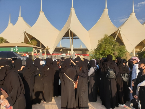 This photo shows BTS fans ahead of the band's performance in Riyadh's King Fahd International Stadium, Saudi Arabia on Oct. 11, 2019. (Yonhap)