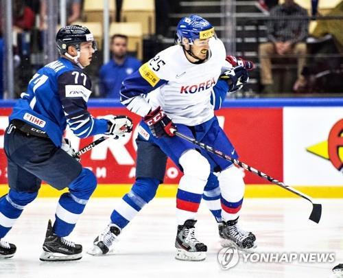 In this EPA file photo from May 5, 2018, Brock Radunske of South Korea (R) is in action against Markus Nutivaara of Finland during the International Ice Hockey Federation World Championship Group B match at Jyske Bank Boxen in Herning, Denmark. (Yonhap)
