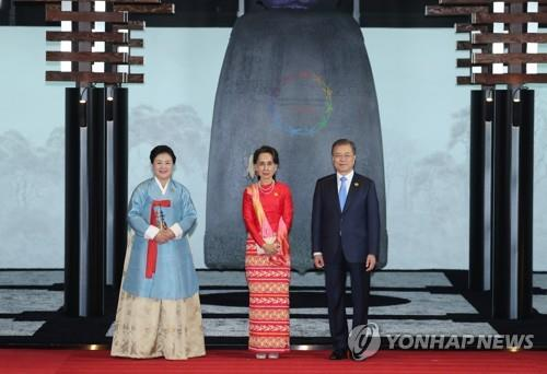 Hologram of ancient Buddhist bell graces S. Korea-ASEAN summit banquet