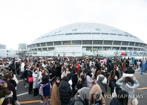 Japanese fans stand in line for the 2019 Mnet Asian Music Awards (MAMA) at Nagoya Dome in Nagoya, Japan, on Dec. 4, 2019. (Yonhap)