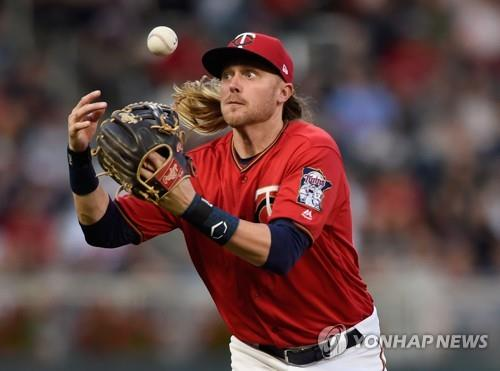 In this Getty Images file photo from June 22, 2018, Taylor Motter of the Minnesota Twins bobbles a ball hit by Elvis Andrus of the Texas Rangers during the top of the fourth inning of a Major League Baseball regular season game at Target Field in Minneapolis, Minnesota. (Yonhap)