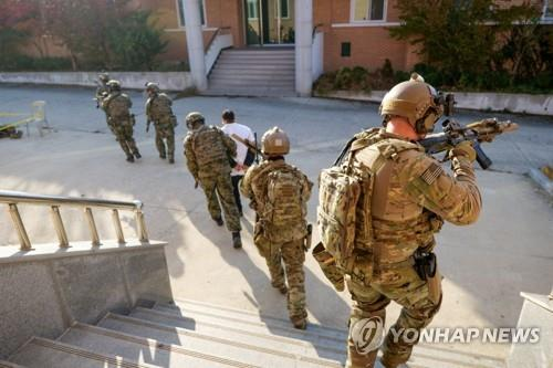 This photo uploaded at the Defense visual Information Distribution Service (www.dvidshub.net) on Dec. 16, 2019, shows South Korean and the U.S. special forces conduct close quarters battle training as part of their regular training at Kunsan Air Force Base, South Korea on Nov. 11, 2019. (PHOTO NOT FOR SALE) (Yonhap)