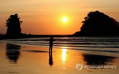 This file photo shows a sunset in Ggotji Beach in Taean, South Chungcheong Province. (Yonhap)