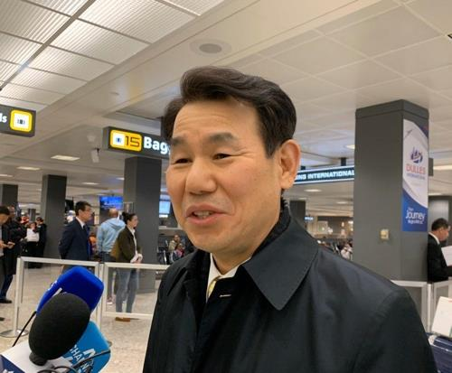 Jeong Eun-bo, South Korea's chief negotiator for defense cost-sharing talks with the United States, speaks to reporters at Washington's Dulles International Airport on Jan. 13, 2020. (Yonhap)