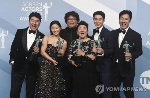 "This photo published by the Associated Press shows the cast members of ""Parasite"" posing for photos after grabbing the 26th Screen Actors Guild Award for Outstanding Performance by a Cast in a Motion Picture on Jan. 19, 2020, in Los Angeles. (PHOTO NOT FOR SALE) (Yonhap)"