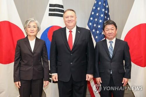Foreign Minister Kang Kyung-wha (L) and her U.S. and Japanese counterparts, Mike Pompeo (C) and Toshimitsu Motegi, pose for a photo before their talks in San Francisco on Jan. 14, 2020, in this photo provided by the foreign ministry. (PHOTO NOT FOR SALE) (Yonhap)