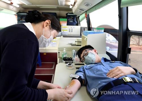 A naval service member donates blood at South Korea's Fleet Command in the southern city of Busan on Feb. 26, 2020, as the domestic blood supply is on alert due to the new coronavirus crisis. More than 430 service persons of the command donated their blood during its three-day campaign. (Yonhap)