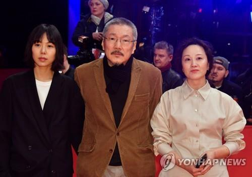 (LEAD) Hong Sang-soo wins best director at Berlin film fest for 'The Woman Who Ran'