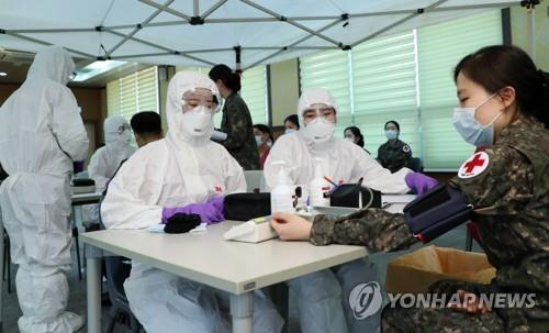 Students of the Korea Armed Forces Nursing Academy receive training in the central city of Daejeon on March 2, 2020, before being dispatched to a military hospital in Daegu, the epicenter of the fast spread of COVID-19 virus in South Korea, this week. (Yonhap)