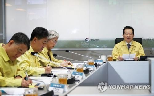 Prime Minister Chung Sye-kyun (R) speaks via video conference with senior government officials and heads of local governments during a meeting at the government complex in Seoul on March 19, 2020, to discuss measures to deal with the spread of the new coronavirus. (Yonhap)