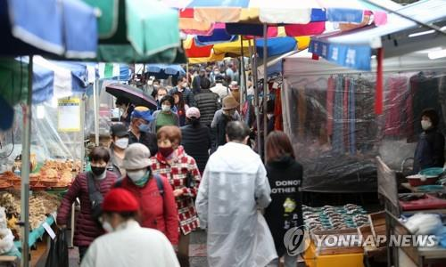 Locals shop at the 100-year-old Hwawon traditional market in Daegu, 300 kilometers southeast of Seoul, on March 26, 2020, amid a steady decline in confirmed novel coronavirus cases in the city. Daegu has been has been the epicenter of COVID-19 outbreaks in South Korea. (Yonhap)