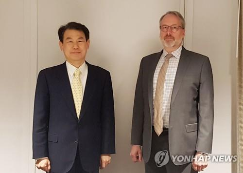 Seoul's top negotiator Jeong Eun-bo (L) and his U.S. counterpart, James DeHart, pose for a photo prior to the start of their two-day negotiations in Los Angeles on March 17, 2020, in this photo provided by the foreign ministry. (PHOTO NOT FOR SALE) (Yonhap)