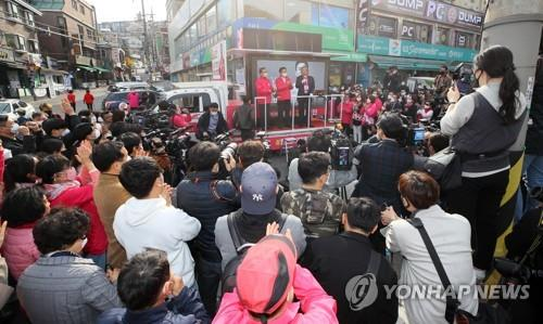 Members of the main opposition United Future Party (UFP) appeal for support for the upcoming general elections aboard a campaign truck in central Seoul on April 6, 2020. (Yonhap)