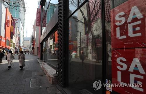 This undated file photo shows a deserted Myeongdong, a popular shopping spot in Seoul. (Yonhap)