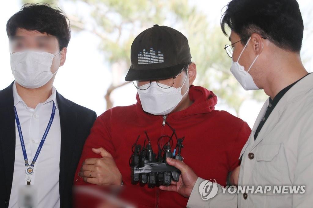 Мун Хен-Вук доставлен в суд в юго-восточном городе Андон 12 мая 2020 года, чтобы присутствовать на слушаниях по рассмотрению вопроса о том, будет ли выдан ордер на его арест в связи с так называемым делом Nth room. (Yonhap)