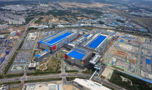 This photo provided by Samsung Electronics Co. on May 21, 2020, shows the company's chip plant in Pyeongtaek, south of Seoul. (PHOTO NOT FOR SALE) (Yonhap)