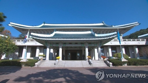 Moon to replace several secretaries, except powerful old guards