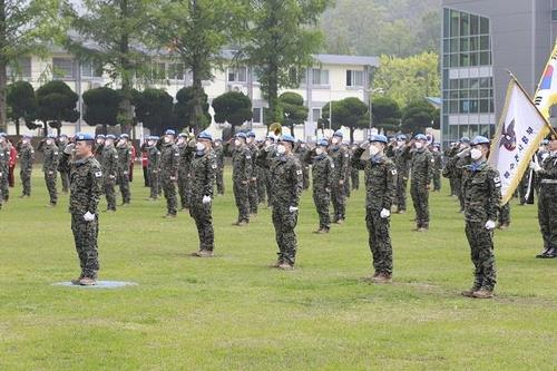 South Korean troops to be dispatched to South Sudan on peacekeeping missions salute during a send-off ceremony at the Special Warfare Command base in Icheon, Gyeonggi Province, on May 18, 2020, in this photo provided by the defense ministry. (PHOTO NOT FOR SALE) (Yonhap)