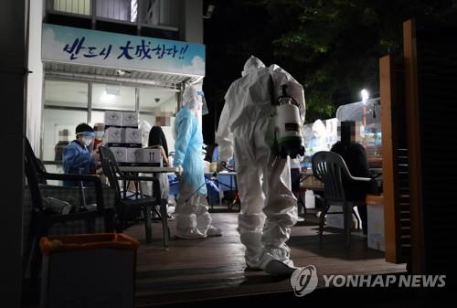 Students, teachers and workers are tested for the new coronavirus at a private educational institute in southeastern Seoul on June 9, 2020, after an assistant cook at its cafeteria was confirmed to be infected. (Yonhap)