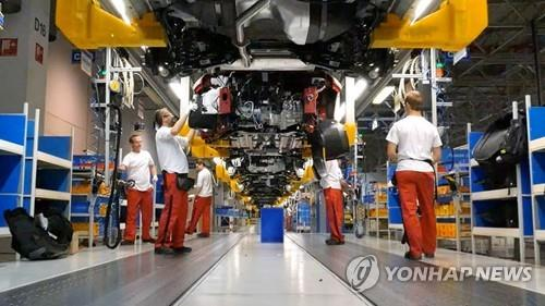 This undated photo provided by Kia Motors Corp. shows workers at the company's plant in Zilina, Slovakia. (PHOTO NOT FOR SALE) (Yonhap)