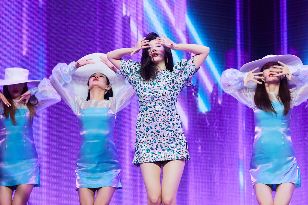 "This photo provided by Makeus Entertainment shows K-pop singer Sunmi (2nd from R) performing her new single ""Pporappippam"" at Yes Live Hall in eastern Seoul on June 29, 2020. (PHOTO NOT FOR SALE) (Yonhap)"