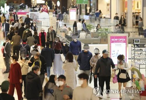 In the file photo, taken April 19, 2020, dozens of people are seen shopping at a mall in Gyeonggi Province that surrounds Seoul as the country continues to recover from the economic fallout of the new coronavirus pandemic. (Yonhap)