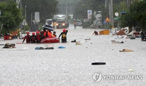 Residents of a village in Cheorwon, Gangwon Province, evacuate a flooded area in a boat on Aug. 5, 2020. (Yonhap)