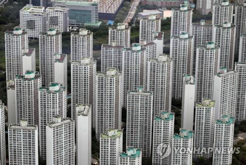 This photo, taken July 15, 2020, shows high-rise apartment buildings in the southeastern Seoul ward of Songpa as seen from an observatory at Lotte World Tower, also in Songpa. (Yonhap)