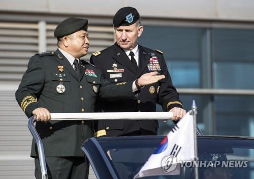 Gen. Robert Abrams (R), commander of the U.S. Forces Korea, talks with Gen. Park Han-ki, chairman of South Korea's Joint Chiefs of Staff, as they inspect an honor guard during a ceremony at the defense ministry in Seoul on Nov. 13, 2018, to welcome the U.S. leader, who also leads the South Korea-U.S. Combined Forces Command. (Yonhap)