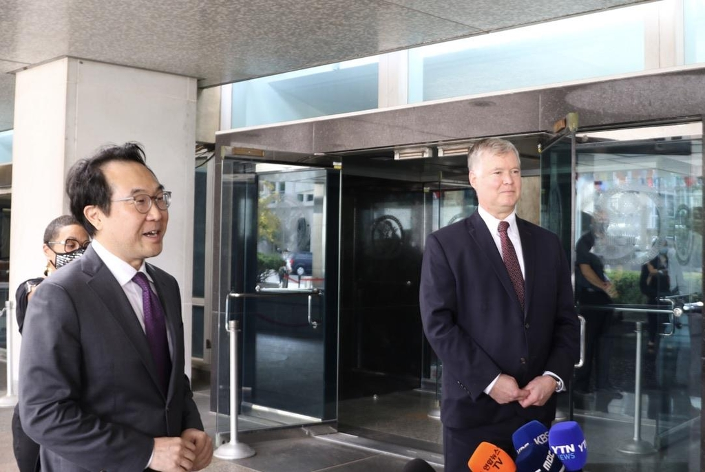South Korea's top nuclear envoy, Lee Do-hoon (L), and his U.S. counterpart, Deputy Secretary of State Stephen Biegun, hold a joint press availability after holding bilateral talks at the U.S. Department of State in Washington on Sept. 28, 2020. (Yonhap)