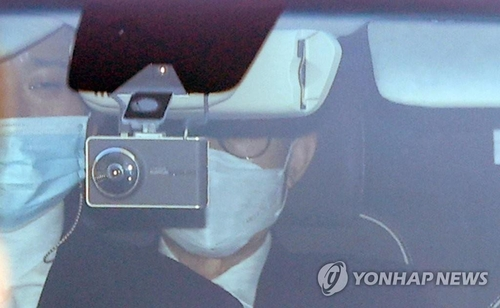 Former President Lee Myung-bak is taken to the Seoul District Prosecutors Office on Nov. 2, 2020. (Yonhap)
