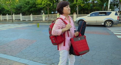 "This photo, provided by OMG Production, shows Director Koo Yun-joo's mother, Sun-sook, in the documentary ""Dear My Genius."" (PHOTO NOT FOR SALE)(Yonhap)"