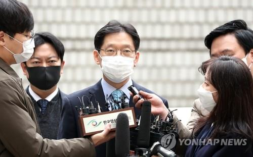South Gyeongsang Province Gov. Kim Kyoung-soo talks to reporters on his way to attend his appeals trial at the Seoul High Court on Nov. 6, 2020. (Yonhap)