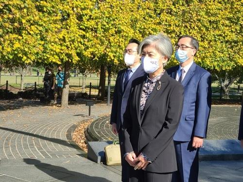 South Korean Foreign Minister Kang Kyung-wha pays her respects to U.S. soldiers killed in the 1950-53 Korean War during a visit to the Korean War Veterans Memorial in Washington on Nov. 8, 2020. (Yonhap)