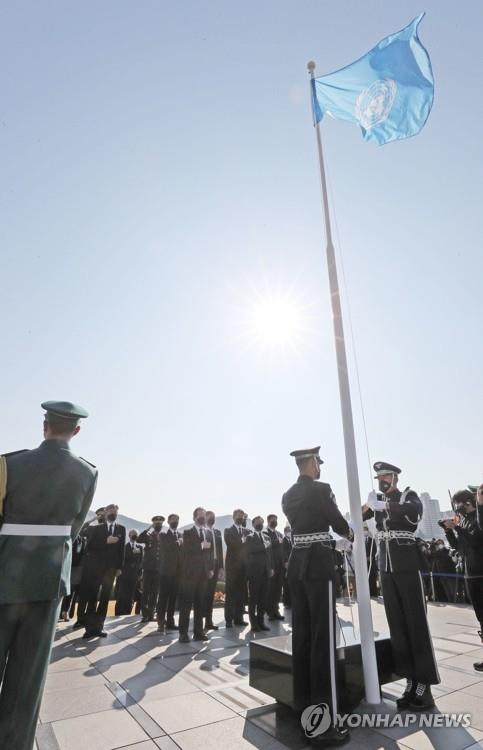 South Korean officials pay respects to the U.N. soliders who died during the Korean War at the U.N. Memorial Cemetery in the southern city of Busan on Nov. 11, 2020. (Yonhap)