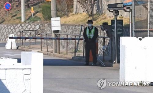In this file photo, an employee of the U.S. Forces Korea (USFK) is on duty at the entrance of the U.S. Army's Yongsan Garrison in Seoul on March 31, 2020. (Yonhap)