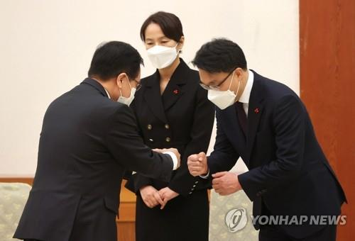 Kim Jin-wook (R), inaugural chief of the Corruption Investigation Office for High-ranking Officials (CIO), greets an official at Cheong Wa Dae in Seoul before his appointment is formally authorized on Jan. 21, 2021. (Yonhap)