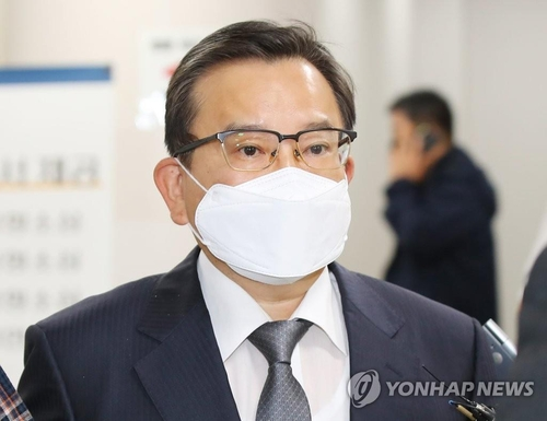 Kim Hak-ui, a former vice justice minister, heads to the Seoul High Court to hear the ruling on bribery charges against him on Oct. 28, 2020. (Yonhap)
