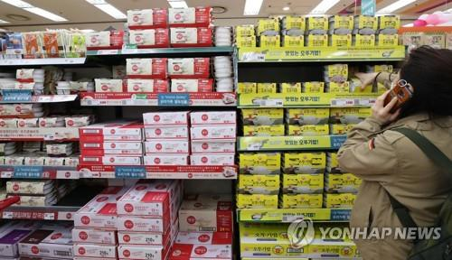 A customer picks up a ready-to-eat cooked rice package at a supermarket in Seoul on March 21, 2020. (Yonhap)