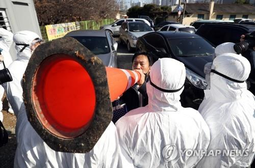 A citizen stages a protest against the TCS Ace International School over mass COVID-19 infections among its students and teachers in front of the school in Gwangju on Jan. 27, 2021. (Yonhap)