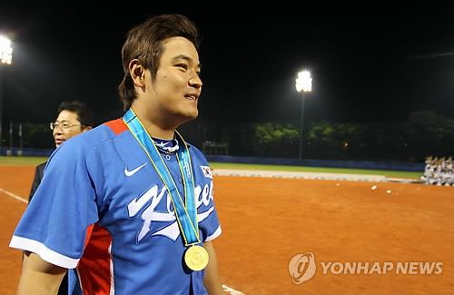 In this file photo from Nov. 19, 2010, Choo Shin-soo of South Korea leaves Aoti Baseball Field in Guangzhou, China, after winning the gold medal over Chinese Taipei at the Asian Games. (Yonhap)